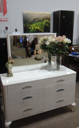 Ціна на класичну спальню Топ Мебелі Лакоста від Китайського виробника залежить від комплектації.